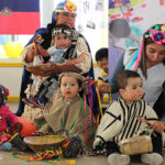 El programa está orientado a madres, padres que desarrollan actividades de temporada, principalmente en agricultura, comercio y turismo, y que no cuentan con redes de apoyo para el cuidado de sus hijos.
