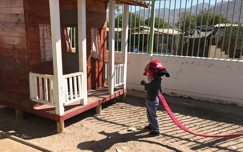 La tercera compañía de Bomberos de Copiapó visitó a los párvulos que asisten al programa jardín infantil de verano, que entrega atención a niños y niñas en época estival.