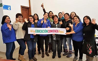Al término de la actividad, las funcionarias recibieron de manos de la autoridad regional, una cámara fotográfica, financiada gracias a un proyecto adjudicado por la Subdirección de Calidad Educativa de la Junji Los Ríos.