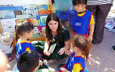 """La iniciativa tuvo por finalidad difundir en la comunidad cómo los niños de los jardines infantiles se acercan a la lectura a través de estrategias de aprendizaje del Plan Nacional Lector, """"las que favorecen la expresión oral y el interés por leer"""", explicó la directora regional (s)."""