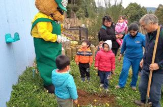 """Jardín """"Renacer del Bosque"""" celebró el Día de la Tierra plantando especies nativas"""