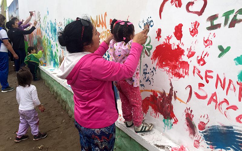 Karen Morales, encargada del jardín infantil destacó el entusiasmo de la comunidad en participar de la actividad, la cual tuvo como protagonistas a las niñas y niños, quienes dejaron con color y arte el muro del establecimiento.