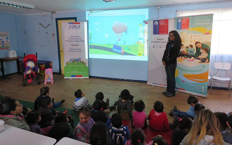 """Copiapó, (@JUNJI_Atacama). La educación vial tiene como foco principal generar cultura en todos los usuarios de las vías, ya sean conductores, peatones y ciclistas, incorporarla desde edades tempranas es fundamental, por cuanto en esta etapa es donde se produce la adquisición de hábitos que perdurarán toda la vida. Es en este contexto que, durante una lúdica charla de educación vial, a los niños y niñas del Jardín Infantil """"Lucerito"""" de Copiapó, la encargada regional de la Comisión Nacional de Seguridad y Tránsito, Paola López, realizó la entrega a la directora regional de la Junji Atacama, Elena Martin, de 75 libros denominados """"Acercando a los párvulos a la educación de Tránsito"""". """"La presente guía busca ser un apoyo para las y los docentes al entregar orientaciones y sugerencias de aprendizaje que posibiliten abordar la educación para la seguridad de tránsito en el segundo ciclo de la educación parvularia"""" indicó el seremi de Transportes y Telecomunicaciones, Vittorio Ghiglino. """"Se ha comprobado que el conjunto de comportamientos asociados al autocuidado tiene mayores probabilidades de ser adoptados por las personas y de perdurar a lo largo de sus vidas, si los aprendizajes comienzan precozmente y son reforzados continuamente a través de estrategias entretenidas, movilizadoras y con significado"""", finalizó la autoridad de Transportes. En tanto, Elena Martin agradeció la entrega de este importante material educativo en los jardines de la región. """"Agradecer a la Comisión Regional de Seguridad del Tránsito, esta recreativa y educativa actividad que hicieron para los niños, se notaban felices. Sin lugar a duda el manual que nos entregan hoy es un aporte y un apoyo para la educación de calidad que nosotros entregamos en los jardines infantiles, nos va a permitir plasmar las bases curriculares de la educación parvularia, trabajar con las familias y realizar actividades educativas de transito con los niños y niñas en el aula"""", indicó la autoridad."""