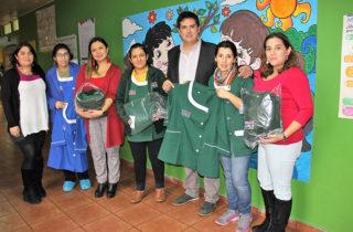 Entregan indumentaria institucional a equipos educativos de jardines infantiles
