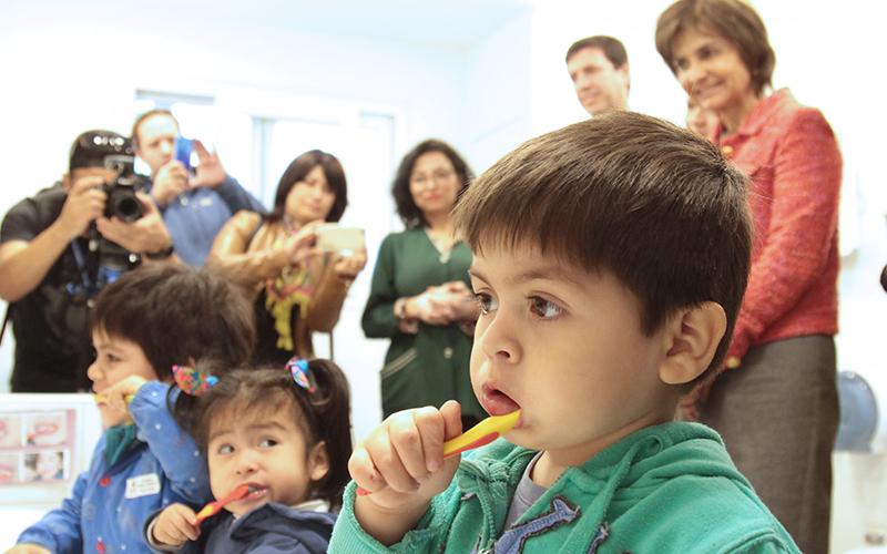 La doctora Paula Daza asistió junto a representantes de la mesa intersectorial de salud bucal de Junji, Integra, Mineduc y Junaeb, a una jardín infantil de la comuna de Santiago para dar cuenta de la labor intersectorial en este importante ámbito sanitario.