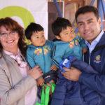 El alcalde de Calama, Daniel Agusto, llegó hasta el establecimiento en compañía de representantes del área de Cultura y Turismo, para distribuir los artículos de abrigo a todos los párvulos.