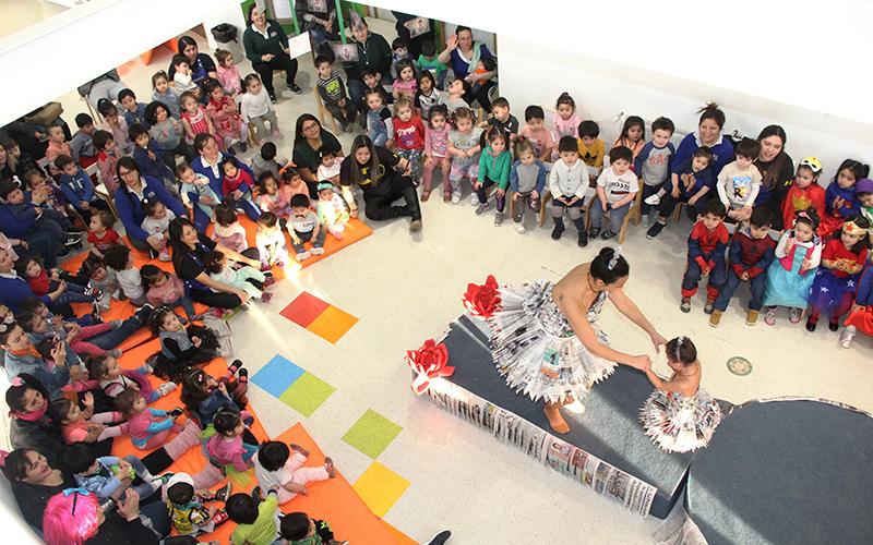 Una velada de gala con actuaciones de madres, padres y apoderados y un desfile de trajes confeccionados con materiales reciclados coronaron el calendario de actividades del establecimiento.