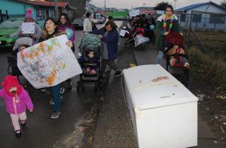 """Hasta con un refrigerador desechado se encontraron párvulos del Jardín """"Bambi"""" en marcha ambientalista"""