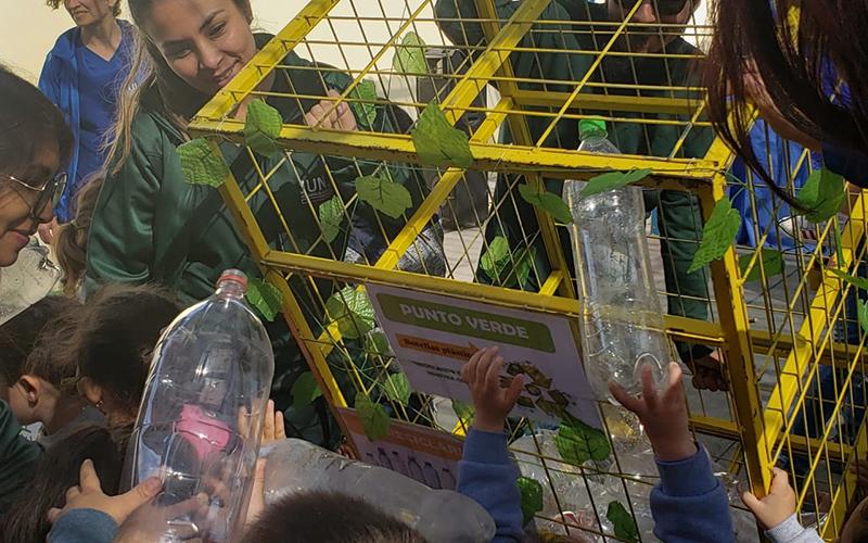 Kelly Caba, encargada del jardín infantil, precisó que con el punto de reciclaje esperan contribuir al cuidado del medioambiente en la comunidad en la cual está inserto el establecimiento.