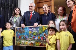 Presidente Piñera y la Primera Dama fueron sorprendidos por niñas y niños de Puerto Guadal en La Moneda